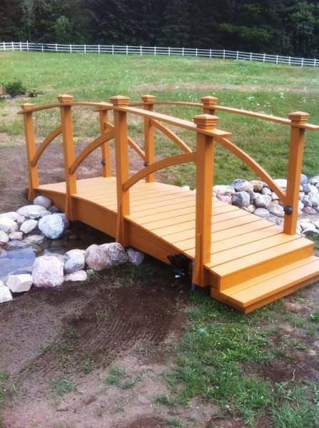 Pont en bois sur un ruisseau - info@jasonmultitravaux.com